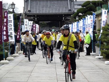 「銀の馬車道サイクリングツアー」の参加者らの様子。2009年撮影