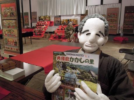 受付もかかしが務める。姫路の鹿ヶ壺山荘(姫路市安富町関)で開催されている「奥播磨かかしの里ひなまつり」で