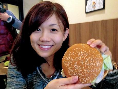 直径約13センチと大型のハンバーガーで、「とてつもなく大きい」という意味を持つバーガーキングの看板メニュー「WHOPPER(ワッパー)」。2012年12月にオープンした「阪急三宮駅前店」で[資料写真](写真提供=神戸経済新聞)
