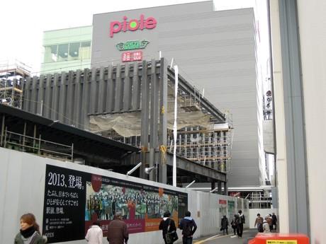 姫路駅前で工事が進む新駅ビル「ピオレ」(姫路市駅前町)。JR西日本などは2月25日、開業日を4月30日と発表した。手前で建設が進むのは、「姫路城眺望デッキ」