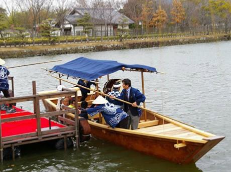 姫路城内濠(うちぼり)での運航を目指し市民らが復元を進めてきた和船が3月1日、進水式を迎えた。和船には「はりま」と命名。16日からは、内濠の南側半分約770メートルの区間で観光客などを乗せ運航する。運航には姫路観光ボランティアガイドのメンバーが案内役として乗船し、約1.5キロ・30分のコースで内濠を周回。今回の運航は春の観光シーズンに合わせた期間限定で、5月26日まで(写真提供=塚本隆司さん)