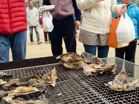 姫路沖の播磨灘に浮かぶ離島・家島ならではの「島グルメ」を味わってもらうイベント「いえしまーけっと」が開催された。3月3日(写真提供=石床洋利さん)