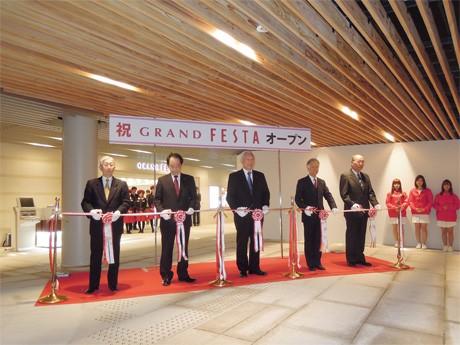 テープカットでグランドオープンを祝う。リニューアル工事を終えた地下街「グランフェスタ」(姫路市駅前町)で。3月28日