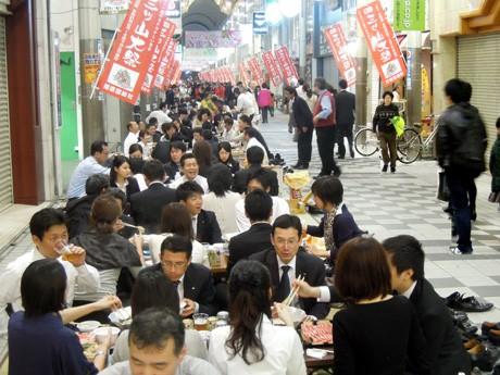 約700人が路上で宴会を楽しんだ。姫路駅前の二階町商店街で開催されたイベント「姫路!元気!畳座」で。4月5日