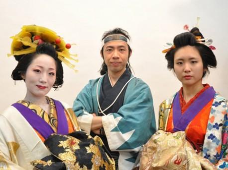 扮装(ふんそう)を凝らしたスタッフらが出迎える。姫路城近くの大手前通りにオープンした時代劇扮装スタジオ「夢織館」(姫路市本町)で。4月2日