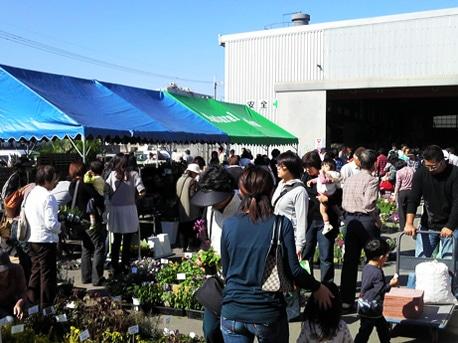 姫路港の飾磨港区周辺で4月19日から21日にかけての週末に、ファミリー層が対象のイベント3つが同時開催される。写真は今回で13回目を迎える「花とレンガのエコフェスタ」の様子。