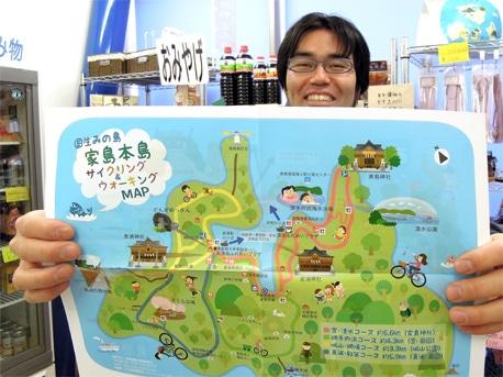家島観光事業組合(姫路市家島町真浦)の石床洋利さん。手前は新たに作った観光マップ。4月15日