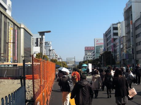 4年3カ月ぶりに同駅正面から望む姫路城の景観が戻った。姫路駅北口で整備が進む新たな駅前広場「北駅前広場」の一部供用開始で。3月28日