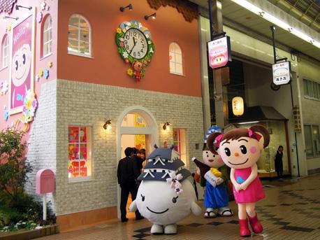 「ヤマサ蒲鉾」のマスコット「さっちゃん」のキャラクターグッズを扱う無人アンテナショップ「さっちゃんの家」(西二階町)。4月24日