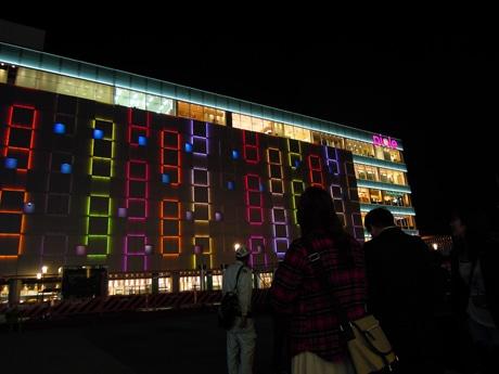 「ピオレ姫路」(姫路市駅前町)壁面照明「ウォール・イルミネーション・ファンタジー」。4月30日の開業を前に点灯が始まった。4月26日