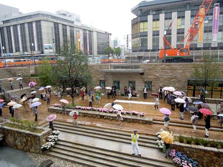 半地下式庭園「サンクンガーデン」の完成を祝う市民らが披露した「フラッシュモブ」の様子。姫路駅前で。4月30日