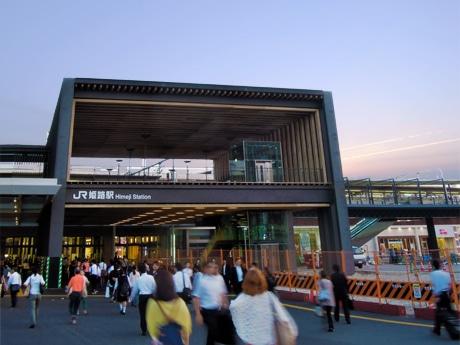 6月15日から供用が始まる「姫路城眺望デッキ」。JR姫路駅前で。6月4日