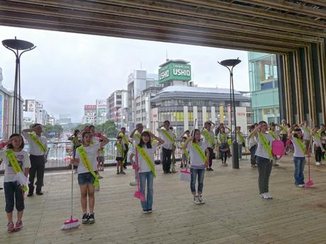 市民らが集まり「フラッシュモブ」ならぬ「フラッシュモップ」を披露。「姫路城眺望デッキ」「歩行者デッキ」の完成を祝った。姫路駅前で。6月15日
