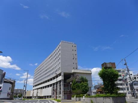 取り壊しが決まった「高尾ビル」(姫路市高尾町)。モノレールの軌道がビルを貫く珍しい形で、ビル内では「大将軍駅」が営業していた。写真右手に軌道を支えていた柱・橋脚が見える。6月12日撮影