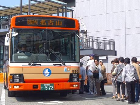 時刻表にない「霊園行き」バスに乗り込む利用客ら。神姫バスセンター(姫路市西駅前町)で。8月8日