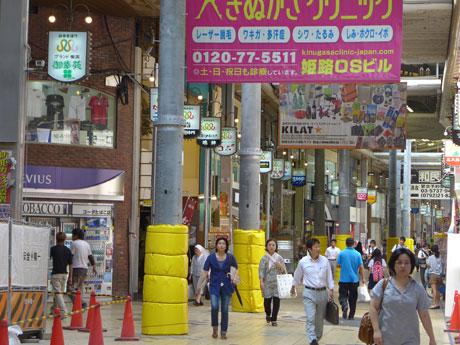 街路に林立する「謎の柱」。姫路駅前の商店街「みゆき通り」(姫路市駅前町)で。8月11日