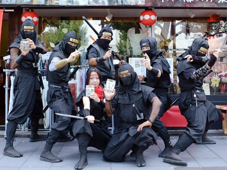 手裏剣を開発した「姫路忍者会」のメンバーら。販売店の一つ「時代カフェ」(姫路市本町)で(写真提供=夢織館)