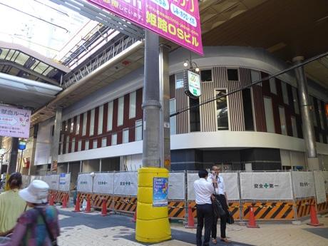 オープンを待つ「新御幸苑ビル」(姫路市駅前町)。手前ではアーケードの架け替え工事が進む。9月11日