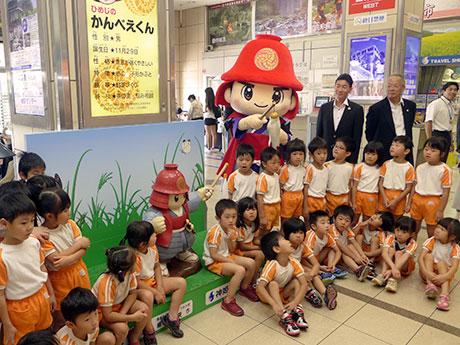 信楽焼の像「ちっさい」かんべえくん。神姫バスセンター(姫路市西駅前町)で執り行われた除幕式で。9月30日