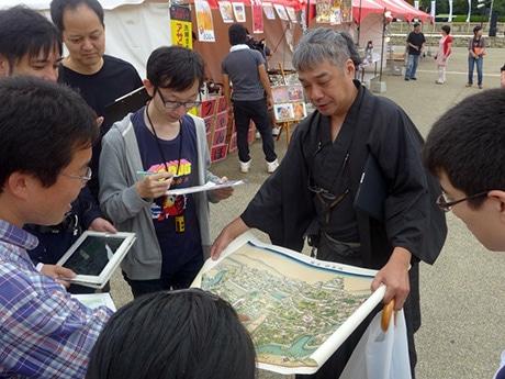 フィールドワーク(実地調査)を行う参加者らの様子。「OpenStreetMap(オープンストリートマップ)」の愛好家らが参加して開かれた「マッピング・パーティー」で。10月6日