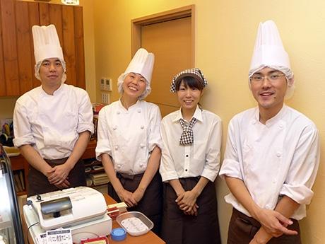 店主の眞砂大輔さん(写真右)とスタッフら。10月5日にオープンしたパティスリー「ル・クール」(姫路市野里)で。10月8日