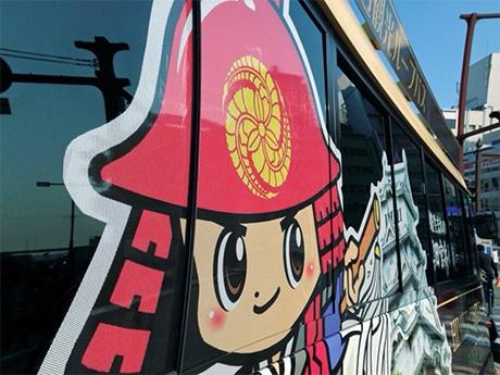 黒田官兵衛にちなむマスコットキャラ「かんべえくん」のラッピングで運行が始まった「城周辺観光ループバス」。姫路駅前のバスターミナル「神姫バスセンター」(姫路市西駅前町)で(写真提供=神姫バス)