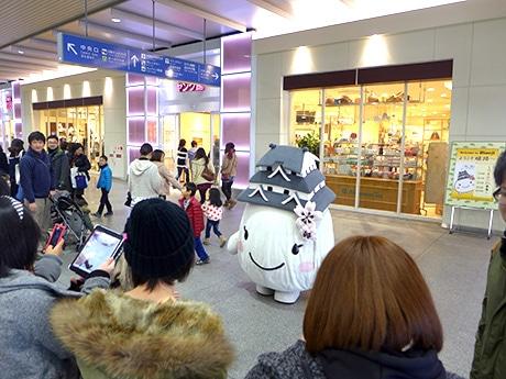 人気健在。姫路のゆるキャラ「しろまるひめ」。JR姫路駅中央コンコースで。1月19日