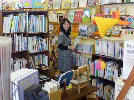 店主の窪田泰子さん。3周年を迎えた「おひさまゆうびん舎」(姫路市本町)で。3月3日