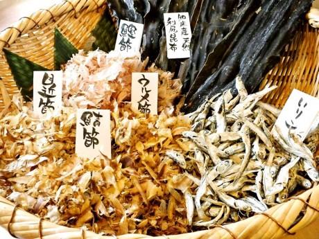 天然の知床産利尻昆布を使い、他店ではあまり使われていない「いりこ」「めじかぶし」を加え、豊かな香りとこくのあるだしにこだわるという。