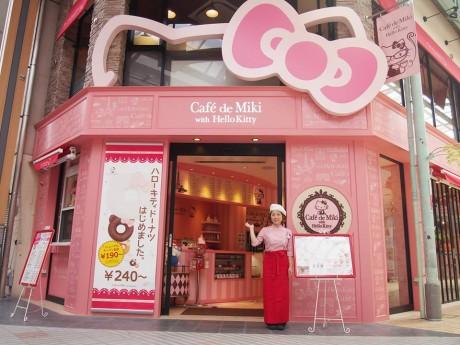 今回のリニューアルでは内・外装にピンク色を多く取り入れ、キティ感をより前面に出しかわいらしくポップな店にした。