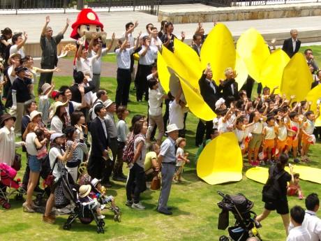 オープンセレモニー参加者と一般市民も一緒に写真撮影。