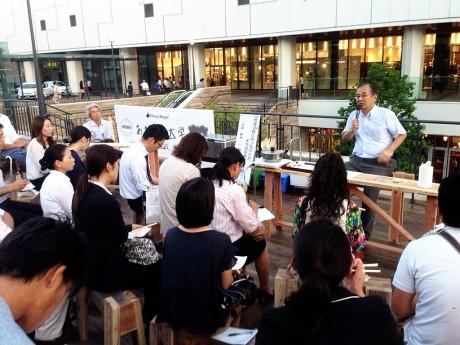 姫路駅前芝生広場ステージで7月4日、「あおぞら大学」が始まった。
