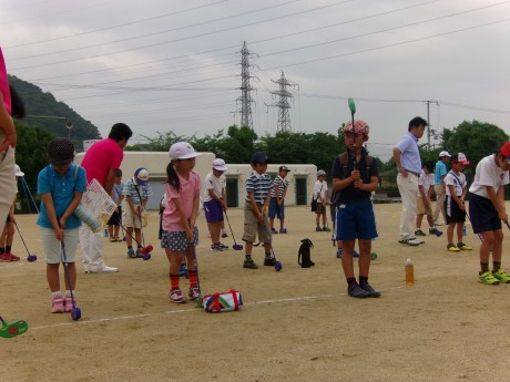 子どもたちは校庭で「スナッグゴルフ」という米国のプロゴルファーが開発したゴルフ入門用のスポーツを体験。