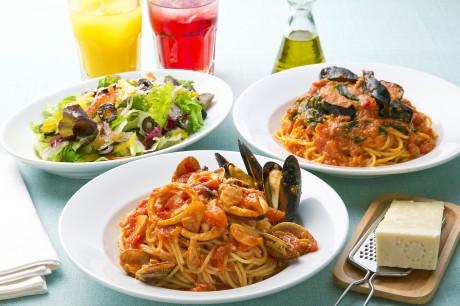 イタリア直輸入のトマトやスパゲティを使ったパスタメニューをはじめ、ピザ、前菜やサラダ、デザートなど数多く取りそろえる。