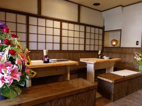 木製の引き戸やカウンター、障子の格子窓など、町屋をイメージした和モダンな内装にまとめた店内。