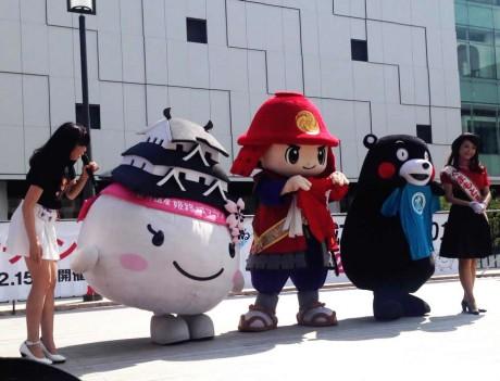 姫路城マラソンと熊本城マラソンをPRするゆるキャラたち。
