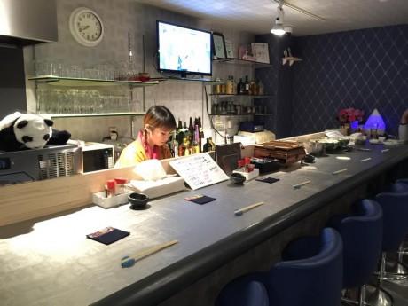 カウンターに立つオーナーの比嘉夕佳さん