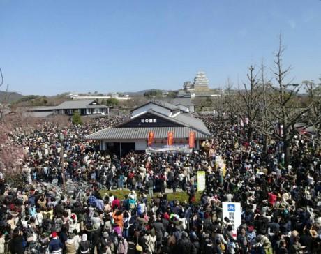 見物客であふれている姫路城付近