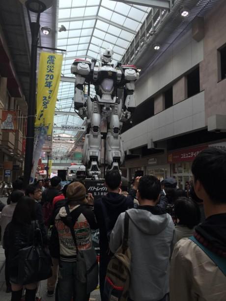 神戸の商店街で「デッキアップ」の様子。
