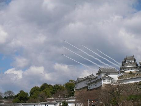 姫路城の修復完成を祝う記念式典の一環で3月26日、航空自衛隊ブルーインパルスが祝賀飛行を行う。