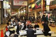 姫路・中心商店街で大宴会 街路に畳敷き