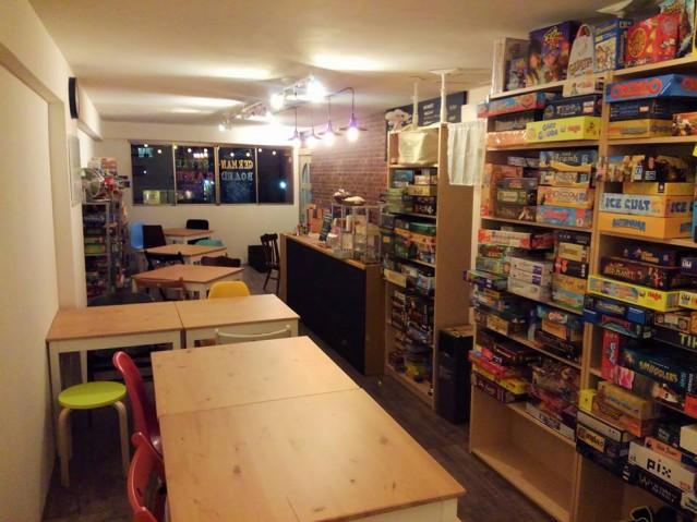 壁にはカラフルなゲームの箱が並べられており、訪れた客の目を楽しませる。