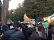 姫路・安志稲荷の特大干支が人気 大きなニワトリが初詣客を出迎え