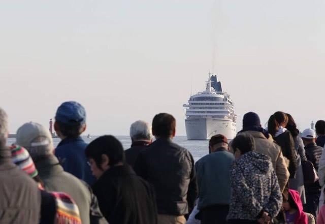 姫路港に豪華クルーズ船初入港 市長ら出迎える