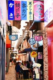 姫路駅前の「姫路のれん街」が3周年 お通しにシャンパン振る舞い