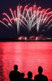 姫路港で花火大会 夜空を華麗に彩る