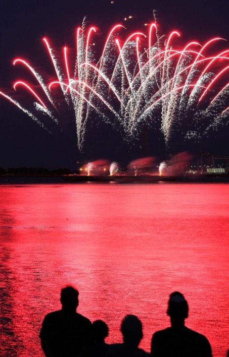 海面が花火の色と同色に染まった