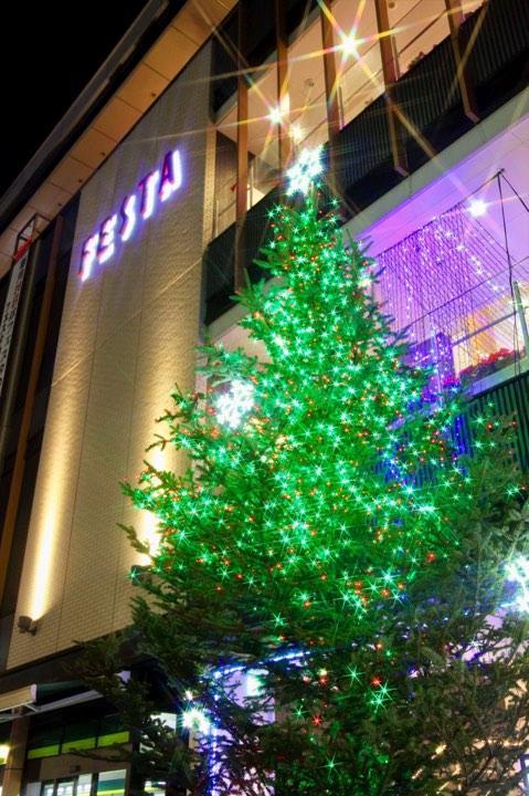 姫路駅前「フェスタ」前の巨大クリスマスツリー