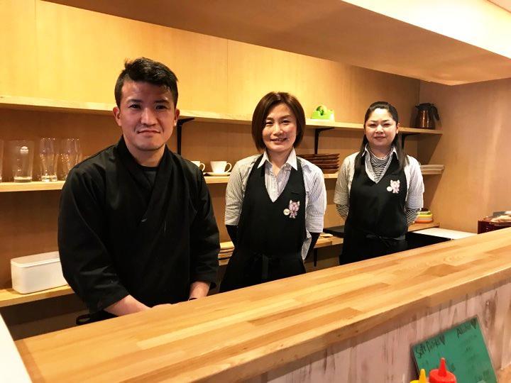 料理長の米津崇一さん(左)