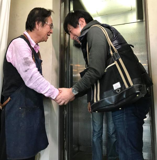 お客さまと握手を交わす北川さん